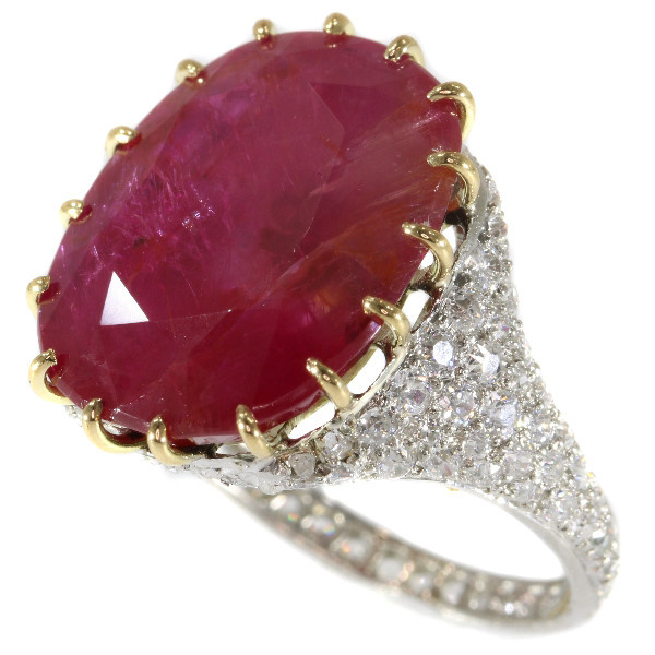 Magnificent platinum Art Deco diamond ring with huge untreated ruby of 13.5 crt by Unknown