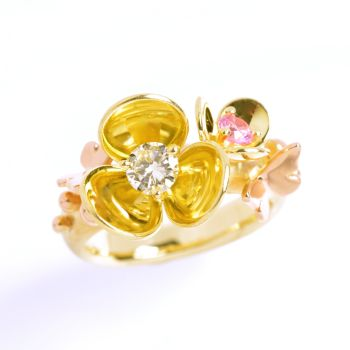 Flower ring, yellow and red gold with diamond and pink sapphire. by Eva Theuerzeit