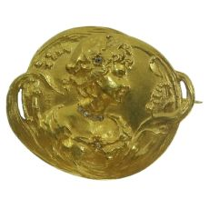 Early Art Nouveau gold brooch depicting love in springtime by Unknown