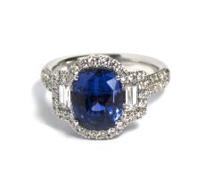 Antique cut sapphire( 5,5 crt) ring in 18 krt white gold